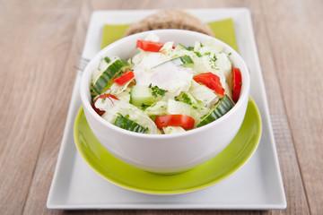 Frischer Salat mit Gurke und Tomate