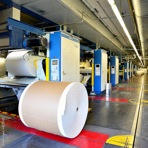 Papierrolle in Druckerei // paper roll at printing machine