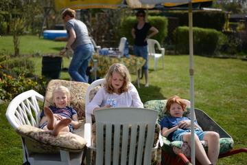 Kinder beim Ausruhen im Garten
