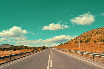 Strada vintage con nuvole