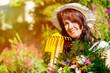 Garten Arbeit im Sommer - Frau mit Blumen