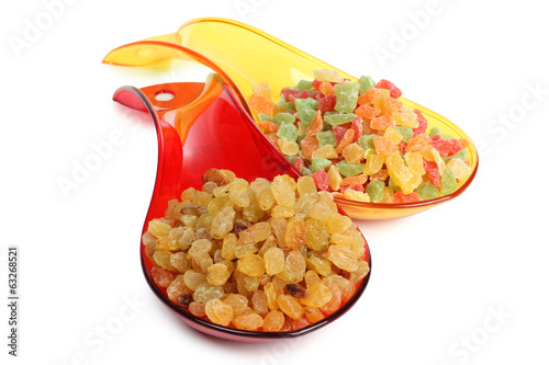Raisins in color spoons