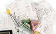Einkaufswagen, Kassenbons und Geld