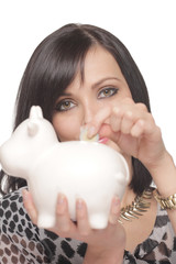 Attraktive Frau mit Sparschwein