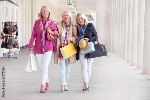 Ältere Frauen beim Shopping Poster