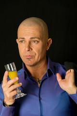 ritratto di uomo con bicchiere