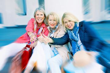 Freundinnen gemeinsam in der Stadt beim Shoppen