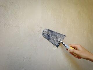 muratore a lavoro