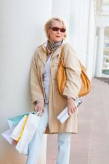 Ältere Dame mit Einkaufstaschen