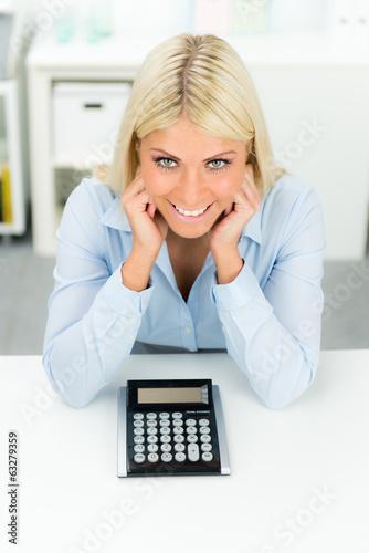 junge geschäftsfrau mit taschenrechner