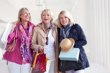 Ältere Frauen beim Stadtbummel