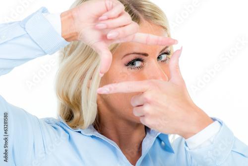 durch die finger schauen