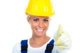 heimwerkerin zeigt lachend daumen hoch