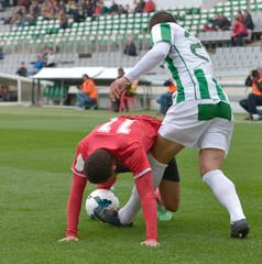 Jugadores de fútbol, luchando por el balón