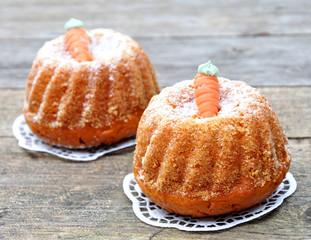 Kleine Kuchen mit Möhren-Dekoration