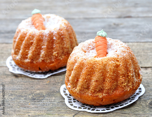 Kleine Kuchen mit Möhren-Dekoration - 63291305