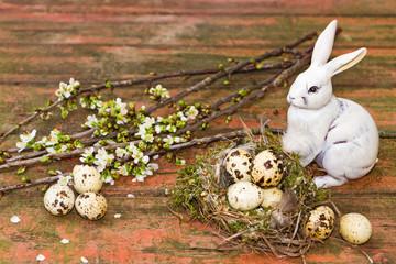 Osterhase, Vogelnest mit Wachteleier auf Holz - easter bunny