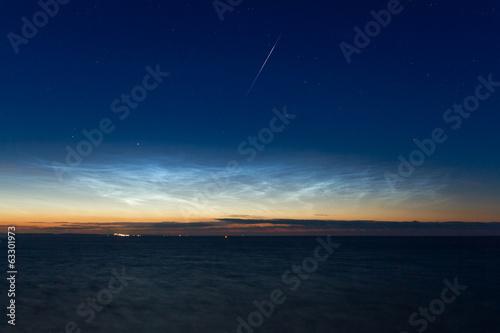 canvas print picture Meteor über nachtleuchtenden Wolken