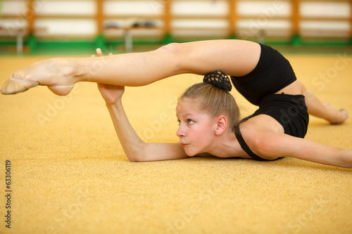 Poster Young gymnast train your body