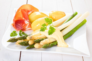 White and green asparagus with prosciutto