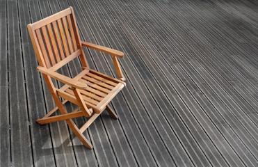 chaise sur terrasse bois