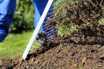 Sieben des Komposthaufens