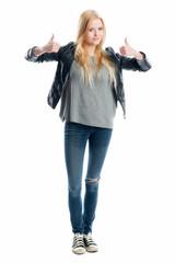 Blondes Mädchen zeigt Daumen nach oben
