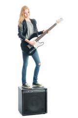 Mädchen mit E-Gitarre und Verstärker