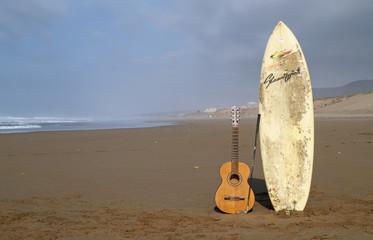 Surfbrett Meer und Gitarre