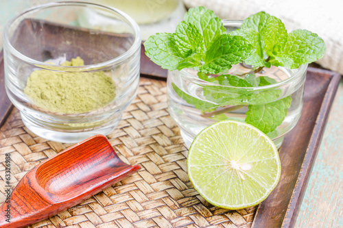 powdered green tea, sliced lime and mint