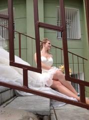 невеста сидит на лестнице