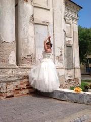 невеста у старинной заброшеной церкви