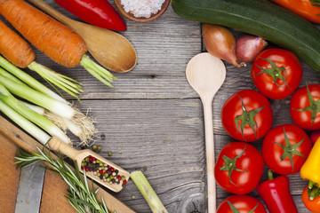 Gemüse, Kräuter und Gewürze auf Holztisch