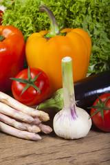 Frischer Knoblauch, Spargel und Tomaten