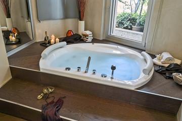 bagno moderno con vasca da bagno a pavimento