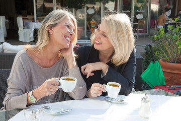 Frauen im Straßencafe