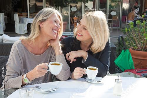 Frauen im Straßencafe - 63330154