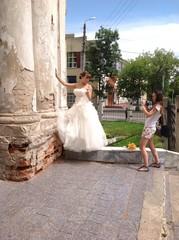 невеста разговаривает с фотографом