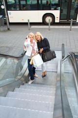 Freundinnen beim Einkauf in der Stadt