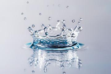 Goccia d'acqua che cade  formando una corona cristallina
