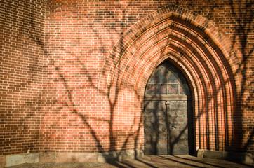 Ocienione wejście do starej budowli