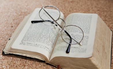 livre ouvert et lunettes ronde