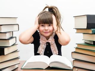 Маленькая забавная девочка с книгами