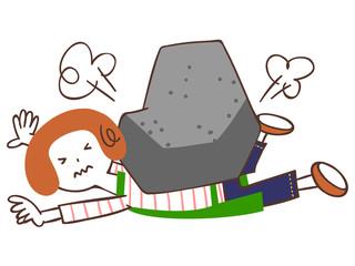 岩に押しつぶされる女性