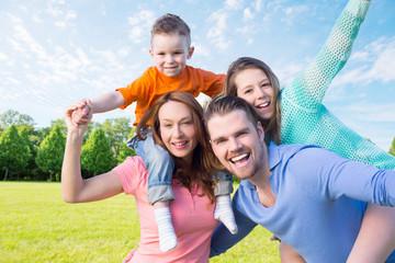 fröhliche familie in der natur