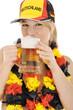 Fan für Deutschland trinkt Bier