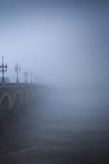 Pont de pierre dans le brouillard à Bordeaux