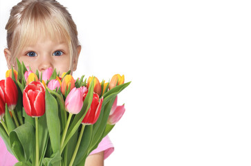 Mädchen hinter Tulpenstauß