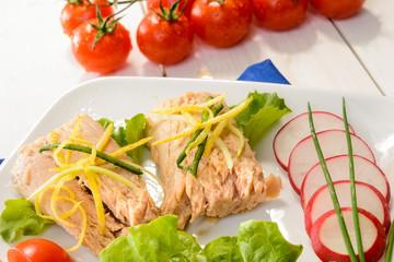 Antipasto con tonno e verdure, fuoco selettivo