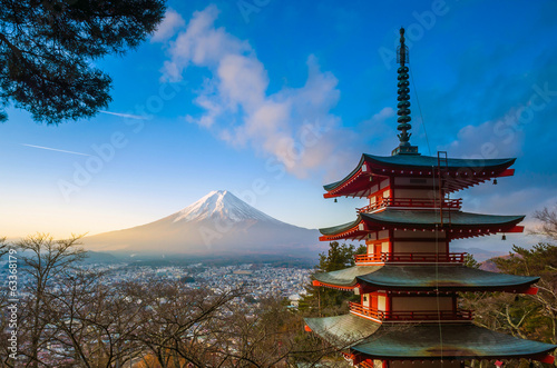 In de dag Japan Mt. Fuji viewed from Chureito Pagoda
